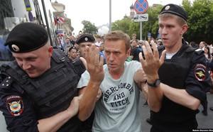 Biểu tình lớn ở Nga: Những hình ảnh sốc chưa từng xuất hiện trên mặt báo phương Tây tố cáo âm mưu đen tối? - ảnh 6
