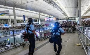 CNN: Một số người biểu tình bất ngờ lên tiếng xin lỗi sau chuỗi ngày đại náo sân bay Hong Kong - ảnh 1