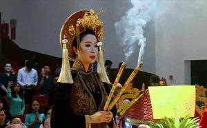 Bất ngờ với sự cẩn thận của Hoài Linh khi tới cúng Tổ ở sân khấu Minh Nhí - ảnh 1