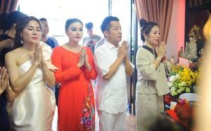 Bất ngờ với sự cẩn thận của Hoài Linh khi tới cúng Tổ ở sân khấu Minh Nhí - ảnh 3