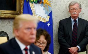 Cố vấn diều hâu của ông Trump bị sa thải, dầu sẽ rớt giá? - ảnh 1