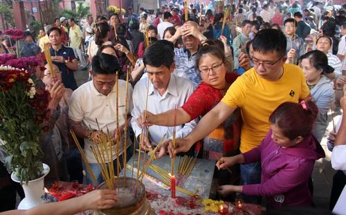 Biển người chen chúc cúng vía Thần Tài ở ngôi chùa lâu năm nhất Sài Gòn