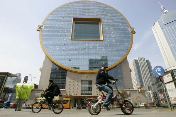 Một tòa nhà được thiết kế giống đồng xu cổ ở miền đông bắc Trung Quốc.