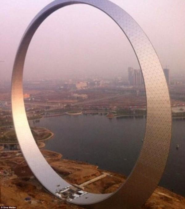 Tòa nhà hình chiếc nhẫn khổng lồ được xây dựng bằng 3.000 tấn thép với 12.000 bóng đèn LED trang trí tại thành phố Phủ Thuận, tỉnh Liêu Ninh.