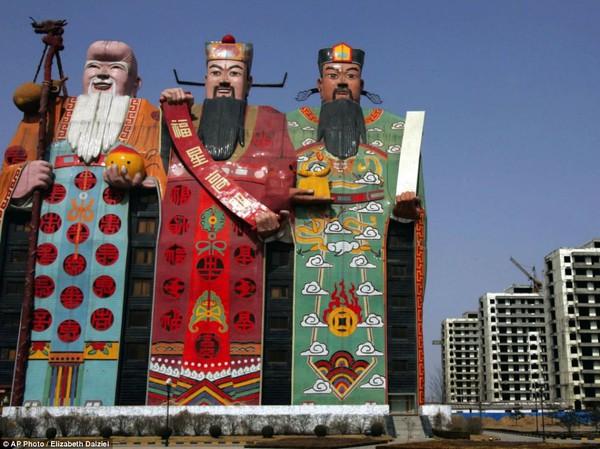 Khách sạn Thiên Tử có hình dáng 3 vị thần Phúc, Lộc, Thọ ở tỉnh Hà Bắc,Trung Quốc. Khách sạn này đã lọt vào danh sách một trong những kiến trúc xấu nhất Trung Quốc 2012.