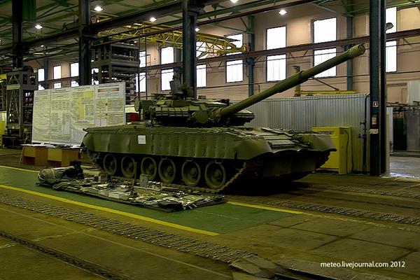 Т-80BV đang trong những công đoạn cuối của quá trình bảo dưỡng.