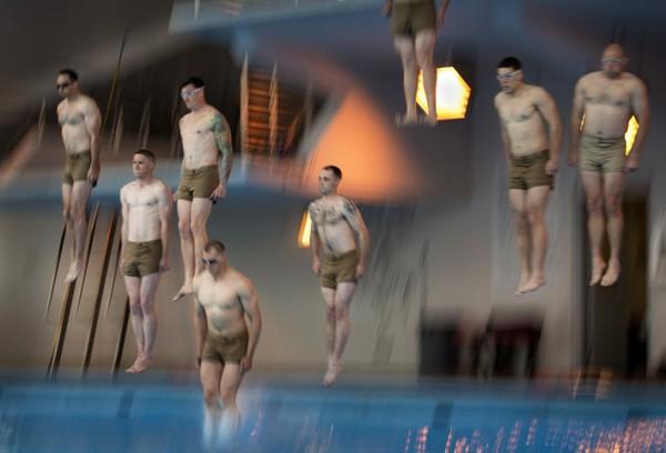Các binh sĩ luyện tập nhảy cầu trong thư thế giữ thẳng người.