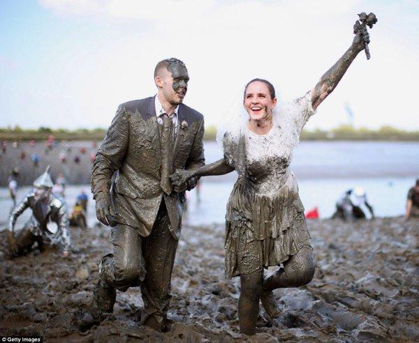 Một cặp đôi mặc trang phục cô dâu và chú rể háo hứng tham gia cuộc thi.