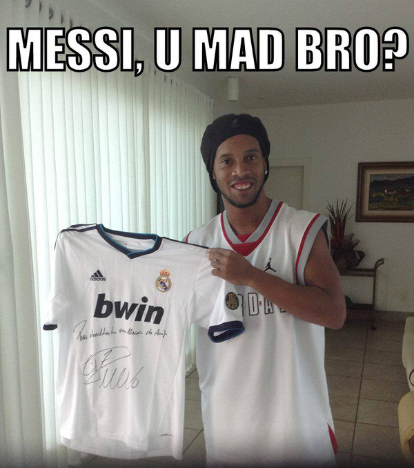 Ronaldinho khoe chiếc áo của CR7