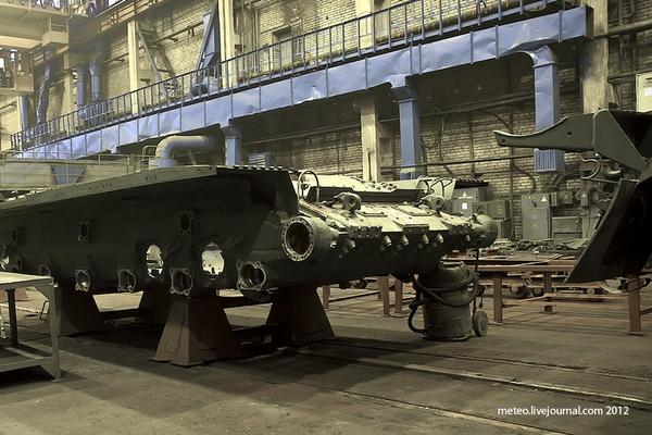 Sau khi được tháo rời, các bộ phận của xe tăng T-80U được chuyển tới các xưởng khác nhau để bảo dưỡng.