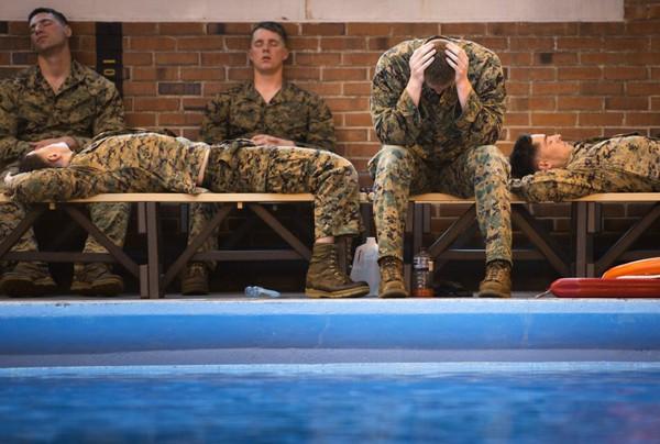 Trong thời gian nghĩ giữa các bài tập luyện, binh sĩ lính thủy đánh bộ thường tranh thủ chợp mắt để lấy lại sức.