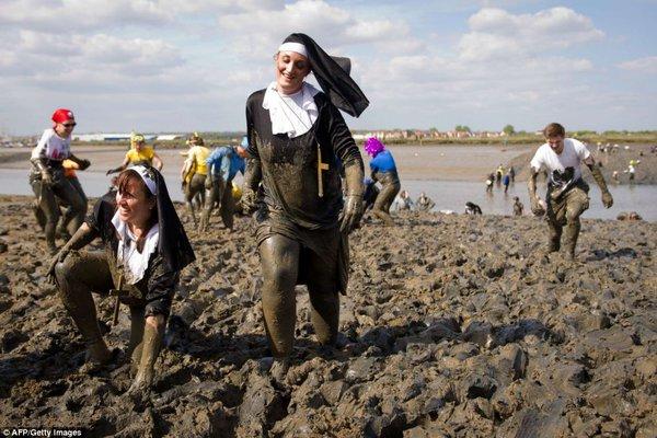 Hai cô gái mặc trang phục của nữ tu sĩ tham gia cuộc thi chạy trên bùn Maldon.