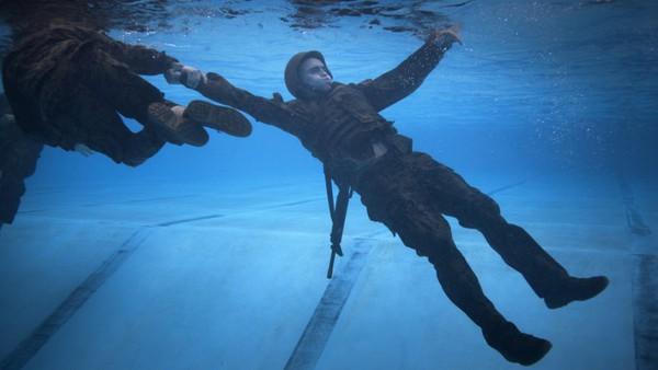 ...dùng sức mạnh của cánh tay để kéo nạn nhân lên mặt nước.