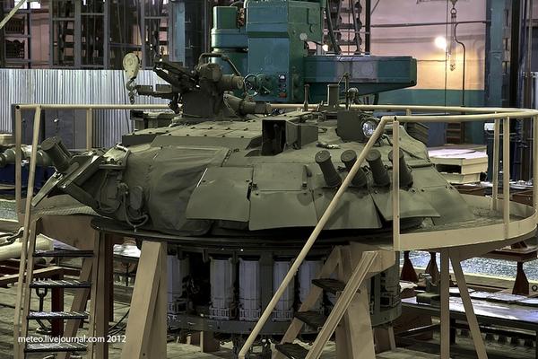 Phần nóc của chiếc xe tăng T-80U sau khi được tháo rời.