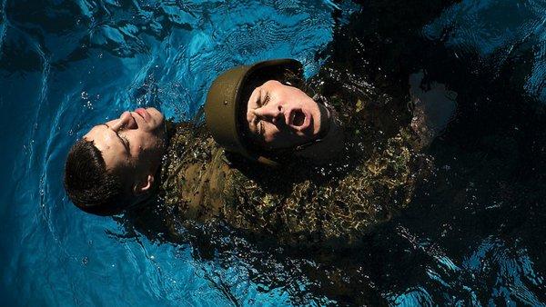 Người cứu không được kháng cự và thả lỏng người sau đó lặn xuống dưới sâu....
