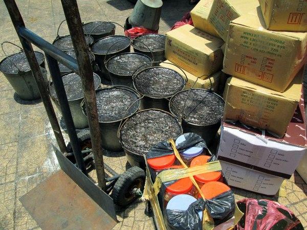 Kinh hãi thạch đen đóng váng bán đổ đống trên vỉa hè chợ Đồng Xuân