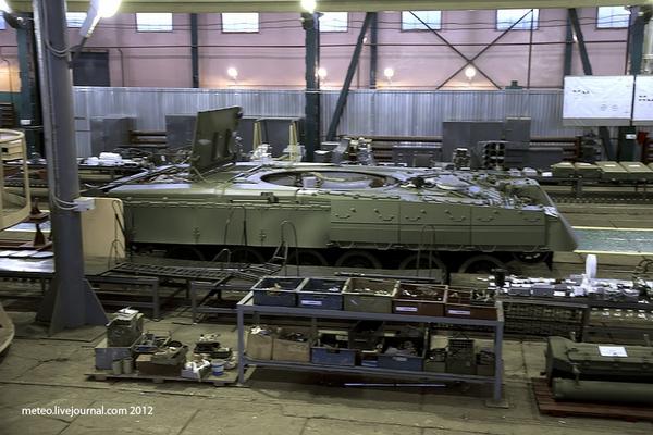 Vỏ của một chiếc xe tăng T-80U tại nhà máy sửa chữa số 61.