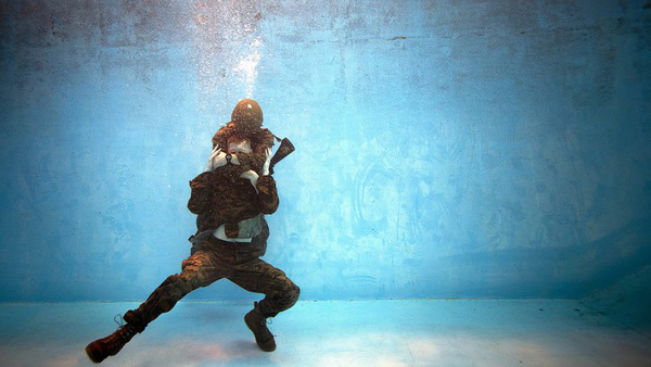 Một phản ứng thường thấy của các nạn nhân đuối nước là cố gắng kéo người cứu hộ xuống nước.