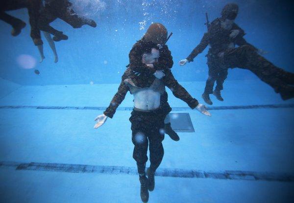 Một trong những kỹ năng trong khóa huấn luyện của lính thủy đánh bộ Mỹ là cứu nạn nhân đuối nước.