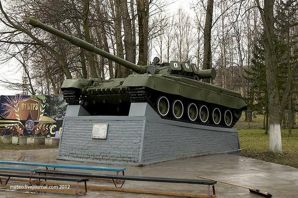 Một chiếc xe tăng T-80 được đặt ngay cổng vào nhà máy số 61. Đây là loại xe tăng chiến đấu chính của quân đội Liên Xô.