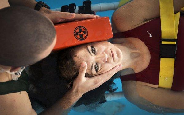 Các chuyên gia y tế cũng hưỡng dẫn các kỹ năng sơ cứu đối với những chấn thương dưới nước.