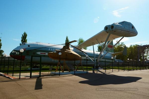 Nhà máy trực thăng Moscow chủ yếu sản xuất và lắp ráp những loại trực thăng thuộc dòng Mi. Thậm chí có cả một bảo tàng về các loại máy bay này. Ảnh trên là chiếc trưng thăng V-12 (Mi-12) được trưng bày trong khuôn viên nhà máy. Loại máy bay nay đã chở tới 44.205 kg hàng hóa trong khi bay thử nghiệm vào năm 1969 và kỷ lục này vẫn chưa được phá cho tới nay.