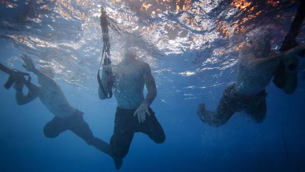 Tất cả các bài huấn luyện được thiết kế giống thực tế rất có thể. Điều đó đồng nghĩa các binh sĩ phải mang theo cả vũ khí xuống nước.