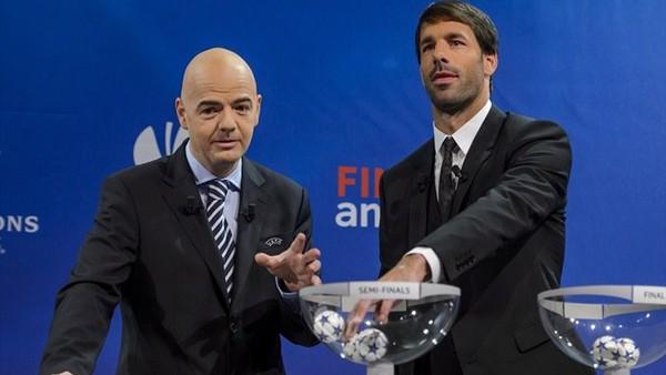 Infantino đã hướng dẫnvan Nistelrooy tỷ mỉ cách bốc thăm