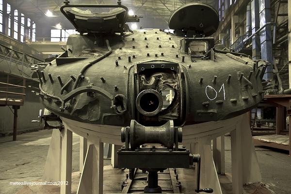 Tháp pháo của một chiếc T-80BV đang được sửa chữa.