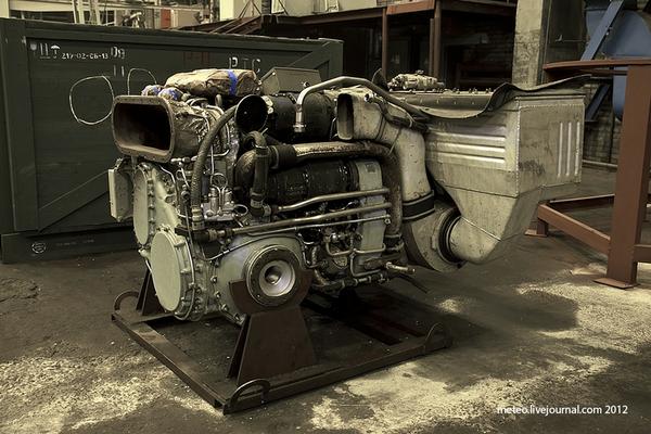 Cận cảnh động cơ của xe tăng T-80. Đông cơ của loại tăng này có thể sử dụng nhiều loại nhiên liệu khác nhau từ xăng tới diesel.