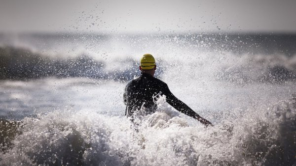 Luyện tập kỹ năng bơi trên biển.