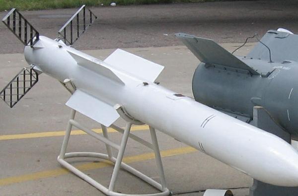 Cũng theo Moscow Defence Brief, Việt Nam đã mua số lượng nhỏ tên lửa không đối không tầm trung R-77 (trong ảnh). Việc chuyển giao được thực hiện trong năm 2004.
