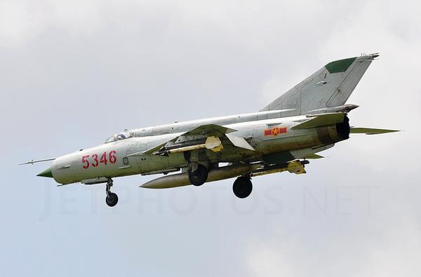 Tên lửa không đối không lắp đầu tự dẫn hồng ngoại K-13 có trọng lượng khoảng 90kg, lắp đầu đạn nặng 7,4kg. K-13 lắp động cơ rocket nhiên liệu rắn cho phép đạt tốc độ tối đa Mach 2,5, tầm bắn 8km. Trong ảnh là tiêm kích đánh chặn MiG-21bis mang 2 tên lửa K-13 trên cánh.