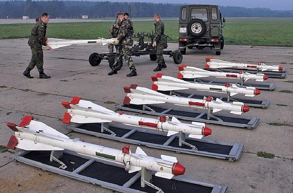 Tên lửa không đối không tầm ngắn lắp đầu tự dẫn hồng ngoại R-60 có trọng lượng 43,5kg, lắp đầu đạn nặng 3kg. Tên lửa đạt tầm bắn 8km, độ cao bay diệt mục tiêu tối đa 20km.