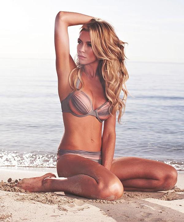 """Diện Bikini bé xíu, vợ Crouch """"cực nóng"""" trên bãi biển Dubai"""