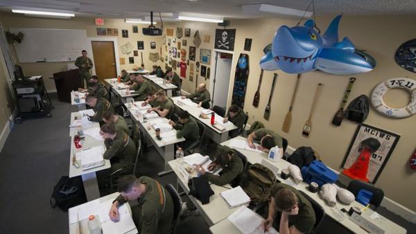 Các binh sĩ cũng phải hoàn thành các bài kiểm tra trên giấy.