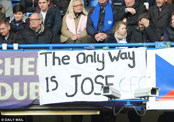 """Benitez tiếp tục bị CĐV Chelsea """"ném đá"""" trong đêm chung kết"""