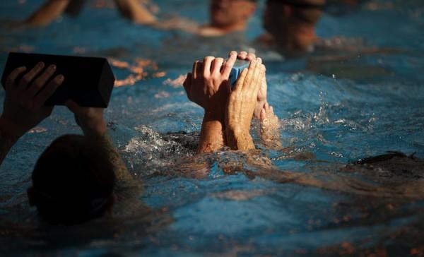 Lính thủy đánh bộ Mỹ luyện kỹ năng sống sót dưới nước
