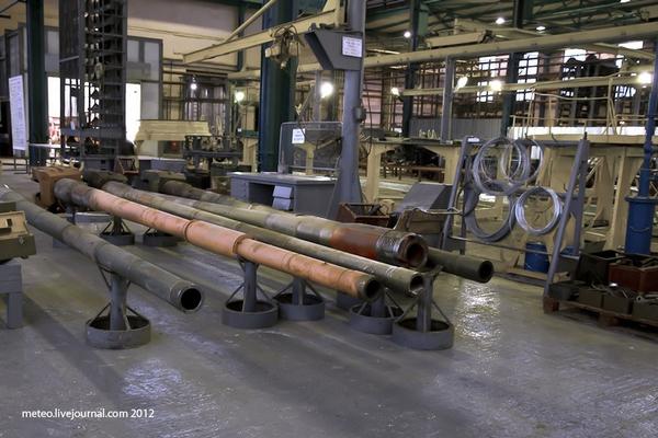 Các nòng pháo được đưa tới xưởng sơn.
