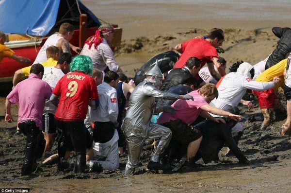 Mọi người mặc những trang phục khác nhau tham gia cuộc đua.