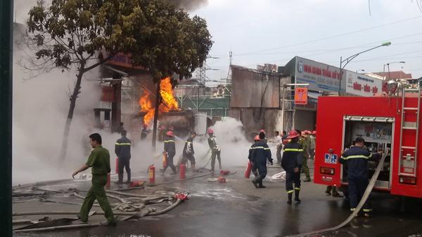 Hiện trường vụ cháy tại cây xăng số 2B Trần Hưng Đạo, Hà Nội