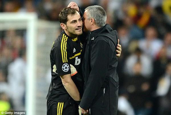 """Mourinho quyết """"đì"""" Casillas đến phút cuối cùng"""