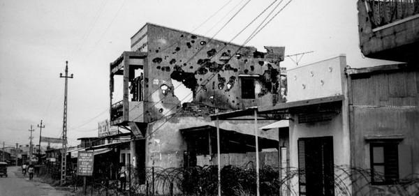 Một ngôi nhà lỗ chỗ vết đạn sau các cuộc giao tranh.