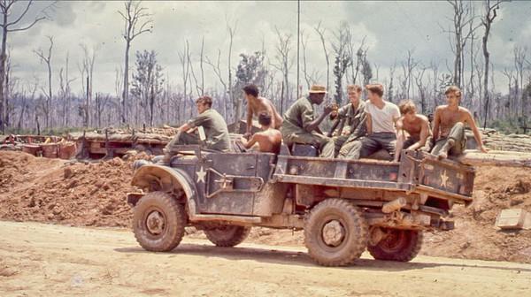 Lính Mỹ trên xe tải quân sự.