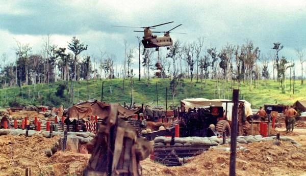 Trực thăng chở quân bay trên căn cứ.
