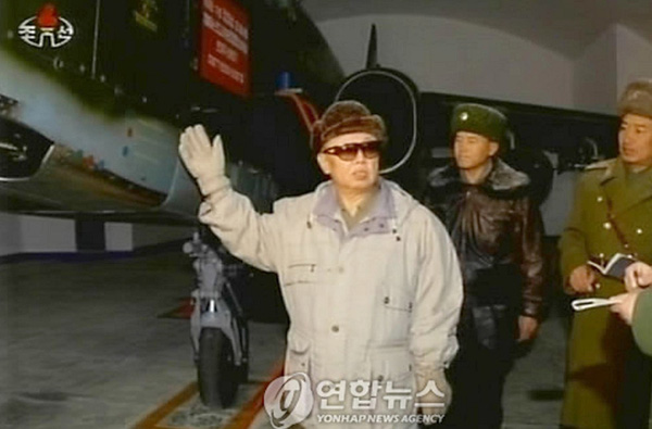 """Hầu hết máy bay cường kích Su-25 được bố trí tại căn cứ Suchon, cách Bình Nhưỡng 20km. Theo một số nguồn tin, những chiếc Su-25 thường được đặt trong nhà chứa với cánh cửa có khả năng chống vụ nổ hạt nhân. Điều đó đủ để thấy Triều Tiên """"ưu ái"""" Su-25 thế nào. Trong ảnh là cố Chủ tịch Kim Jong Il thăm một nhà chứa Su-25."""