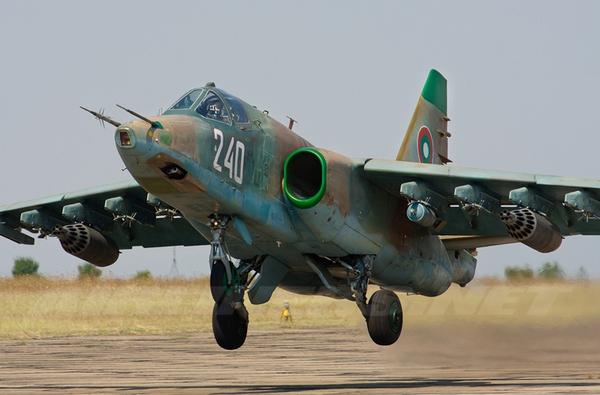 Trong số 36 chiếc Su-25 trang bị cho Không quân Triều Tiên, có 32 chiếc thuộc biến thể Su-25K. Đây là loại dành cho mục đích xuất khẩu sản xuất dựa trên mẫu nguyên bản.