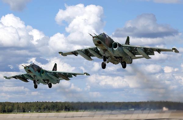 Su-25 trang bị 2 động cơ tuốc bin phản lực Soyuz/Gavrilov R-195 cho phép đạt tốc độ tối đa 950km/h, bán kính tác chiến 375km.