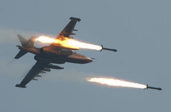 Su-25 thiết kế với 10 giá treo trên cánh mang được 4 tấn vũ khí gồm: tên lửa không đối đất có điều khiển, bom và rocket. Ngoài ra, trong các nhiệm vụ, nó có thể mang được 2 tên lửa không đối không tầm nhiệt K-13 hoặc R-60 để tự bảo vệ trên không.