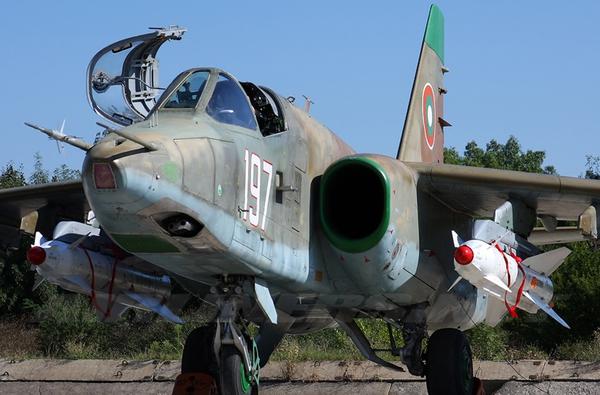 Trong ảnh là một chiếc Su-25K lắp 2 đạn tên lửa không đất đất Kh-29. Đây là loại vũ khí tấn công tầm gần nhưng có sức công phá cực mạnh với đầu đạn nặng khoảng 700kg. Loại tên lửa được sử dụng tấn công vào công sự phòng ngự kiên cố, kho hàng, cầu đường và thậm chí nó có thể đánh chìm tàu có lượng giãn nước 10.000 tấn.